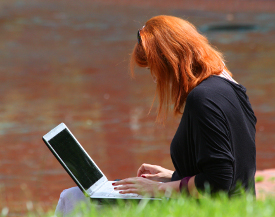Kurs niemieckiego online - dziewczyna przed laptopem