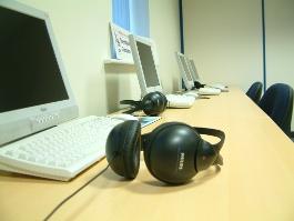 Nauka języka niemieckiego online - zdjęcie słuchawek przed komputerem